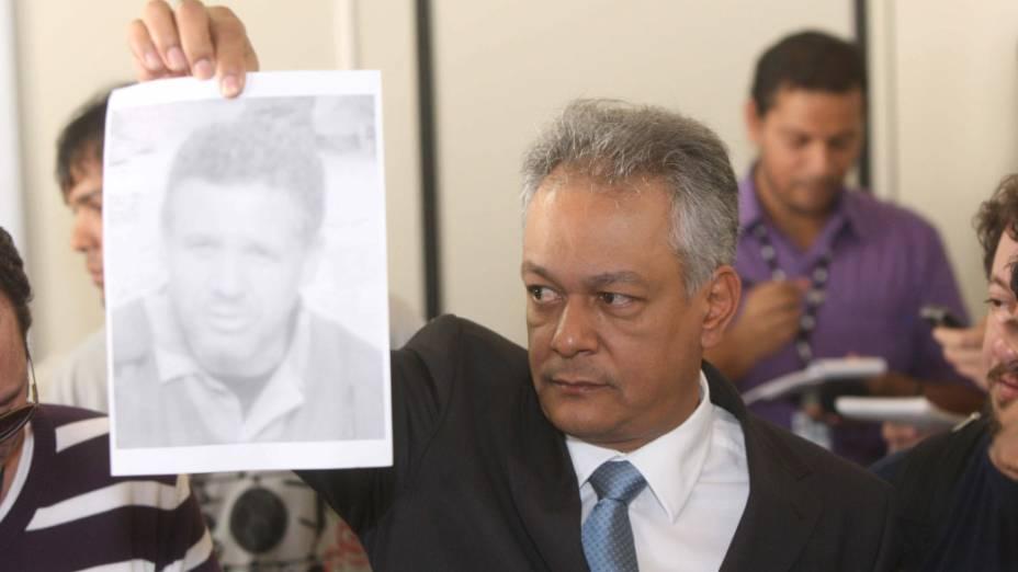 O chefe do Departamento de Investigações da polícia mineira, Edson Moreira, mostra a foto do ex-policial Marco Antônio Aparecido dos Santos, acusado de estrangular Eliza Samudio.