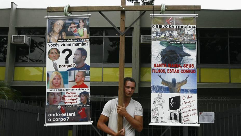 Caso Bruno - Publicitário André Luiz dos Santos faz protesto em frente ao Fórum de Contagem (MG)