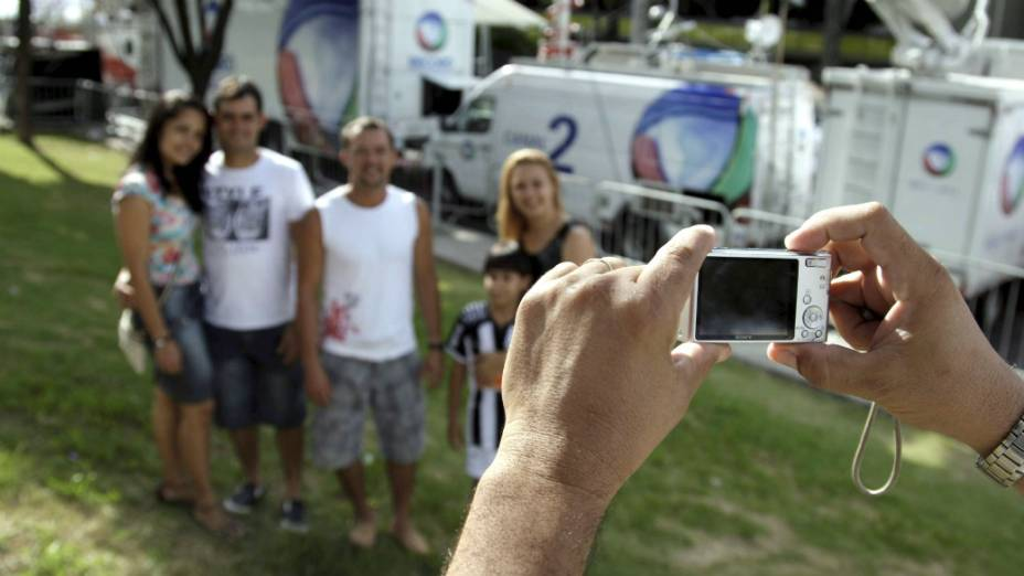 Caso Bruno - Família tira fotografias em frente ao Fórum de Contagem, onde é julgado o goleiro Bruno