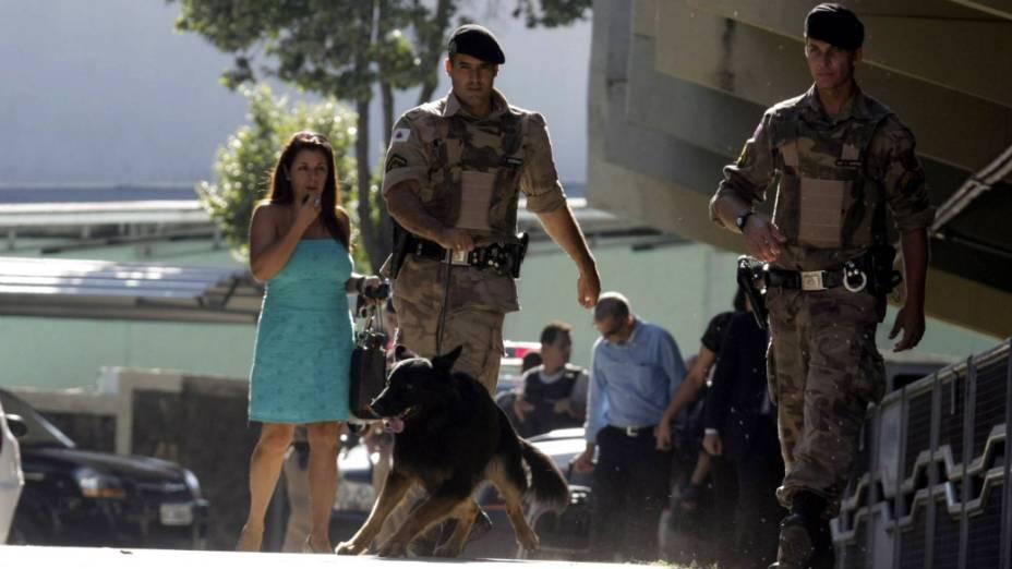 Caso Bruno - Policiais ao redor do Fórum de Contagem