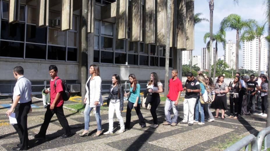 Ouvintes na entrada do Fórum para o terceiro dia de julgamento de Lindemberg Alves Fernandes
