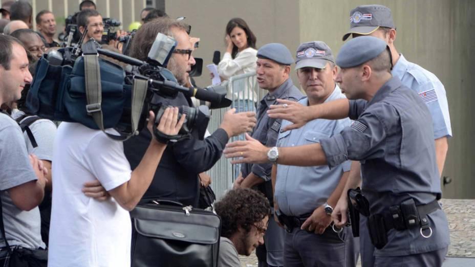 Policiais conversam com jornalista durante a chegada de Lindemberg Alves Fernandes, acusado de matar a ex-namorada Eloá Pimentel, em 2008, no fórum de Santo André (Grande São Paulo)