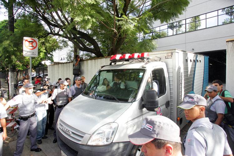 Comboio da polícia conduz, em veículos separados, Anna Carolina Jatobá e Alexandre Nardoni ao Fórum de Santana, na zona norte de São Paulo.
