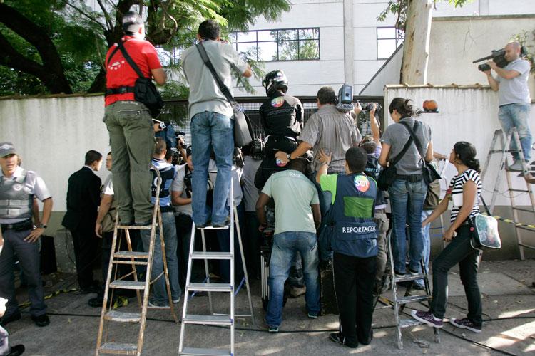 Jornalistas se aglomeram para registrar a chegada dos acusados.
