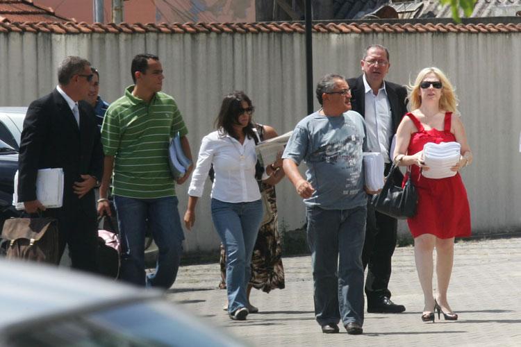 Ana Carolina de Oliveira (de camisa branca), mãe de Isabella, chega ao Fórum de Santana por volta das 11h, na companhia dos pais e advogados.