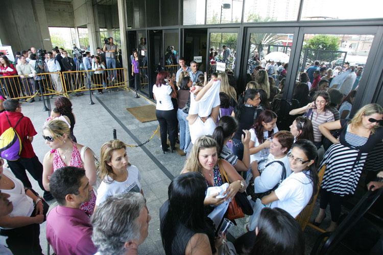 Populares fazem fila para pegar senhas que dão acesso ao júri.