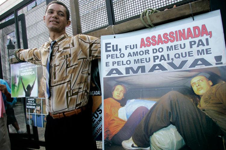 O empresário André Luiz dos Santos pretende ficar os cinco dias de júri com as mãos atadas a uma cruz.