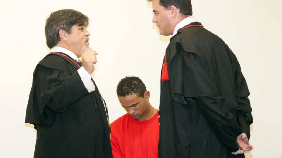 O ex-goleiro Bruno e seus advogados, Lúcio Adolfo e Thiago Lenoir no Fórum de Contagem, em 06/03/2013