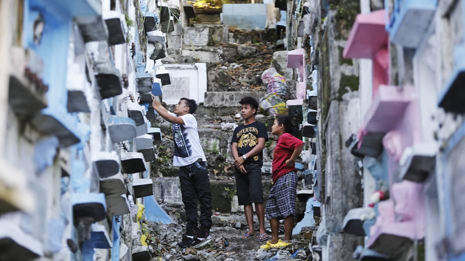 <br><br>  Católicos filipinos visitam túmulos no cemitério deMarikina City, a leste da capital Manila,às vesperas da festividade de Todos os Santos