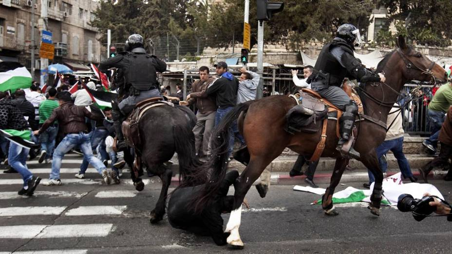 """Policiais israelenses dispersam centenas de manifestantes durante o """"Dia da Terra"""", celebrado pela minoria árabe de Israel que lembra a morte em 1976, de seis membros desta comunidade em manifestações contra o confisco de terrenos pelas autoridades israelenses"""