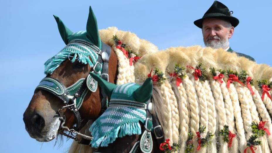 Homem vestindo roupas tradicionais da Baviera participa de festival, na Alemanha
