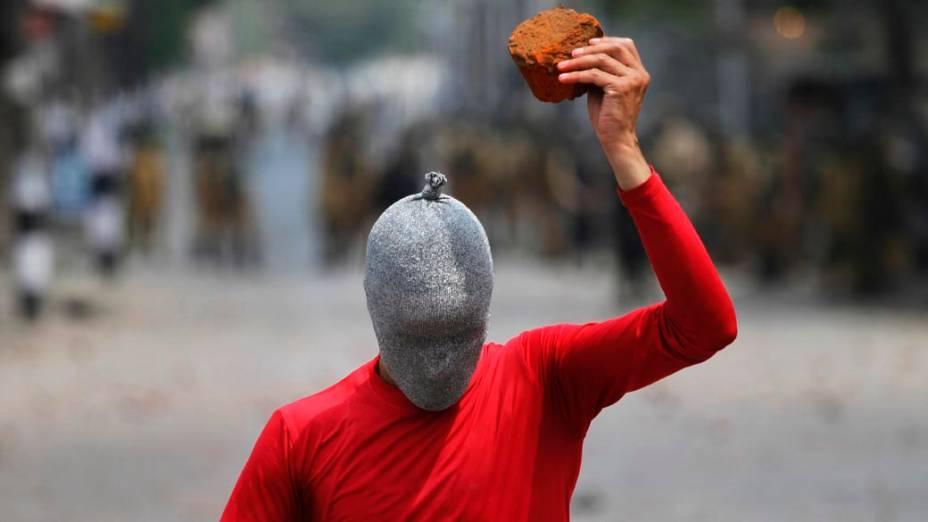 Manifestante em Srinagar, na Índia, protesta contra a ocupação da Caxemira. Nesta sexta-feira, uma intifada popular deixou quatro mortos e dez feridos