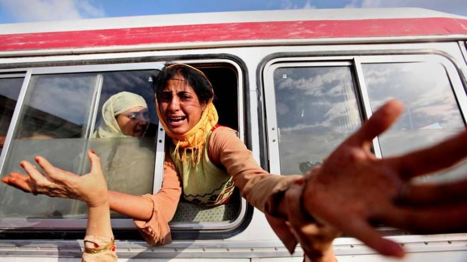 Filha de um civil morto durante protesto na Caxemira lamenta a perda do pai. Nesta sexta-feira, soldados atiraram contra centenas de manifestantes que protestavam contra o domínio indiano na região. Dois civis morreram e outros 12 ficaram feridos
