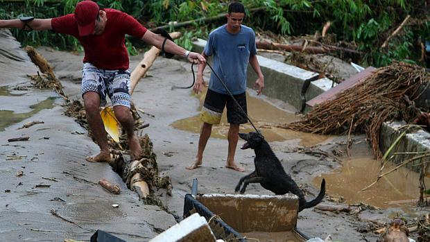 Temporal alaga bairro Café Torrado na localidade de Mantiqueira em Xerém, distrito de Duque de Caxias. Várias pontes, ruas e casas foram destruidos