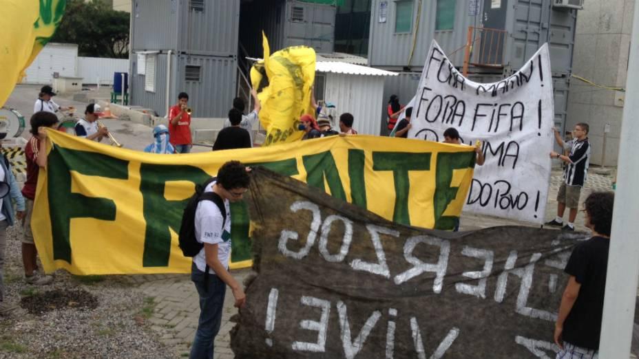 Grupo invadiu prédio em obras na Barra da Tijuca para protestar contra os investimentos em estádios da Copa