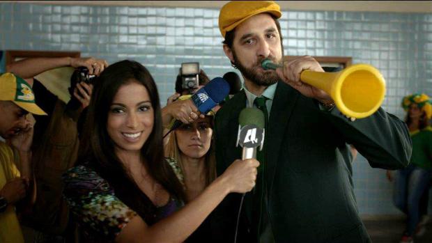 Anitta e Rafinha Bastos em cena do filme Copa de Elite