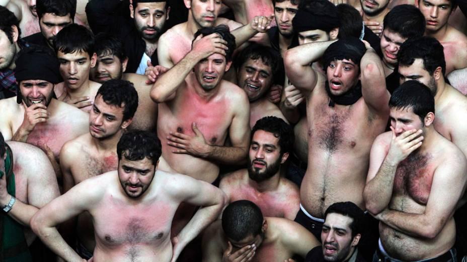 Muçulmanos durante celebrações do festival Ashura na mesquita Kerbala em Teerã, Irã