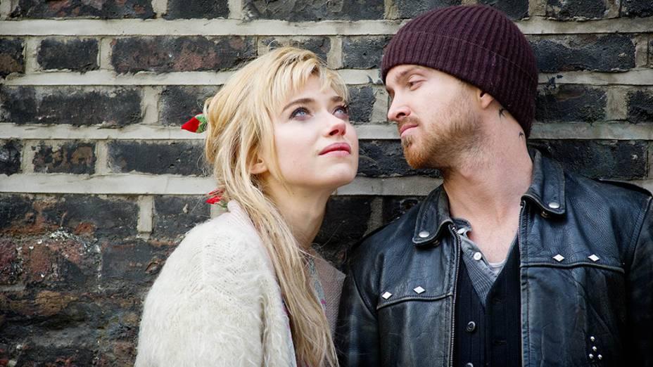 O ator Aaron Paul e a atriz Imogen Poots no filme Altos e Baixos