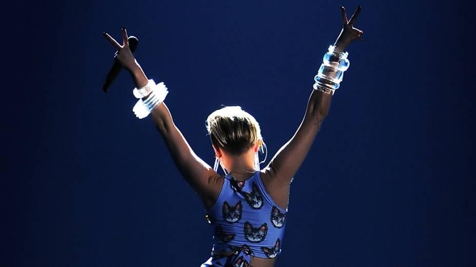Miley Cyrus durante o American Music Awards 2013, no  Nokia Theatre, em Los Angeles, Califórnia