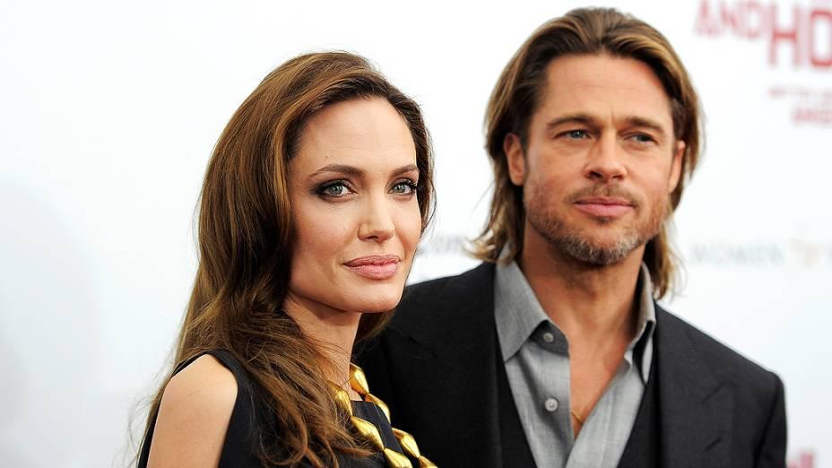 """Angelina Jolie e Brad Pitt posam para uma foto durante a estréia de """"In the Land of Blood and Honey"""" na Escola de Artes Visuais em Nova York"""