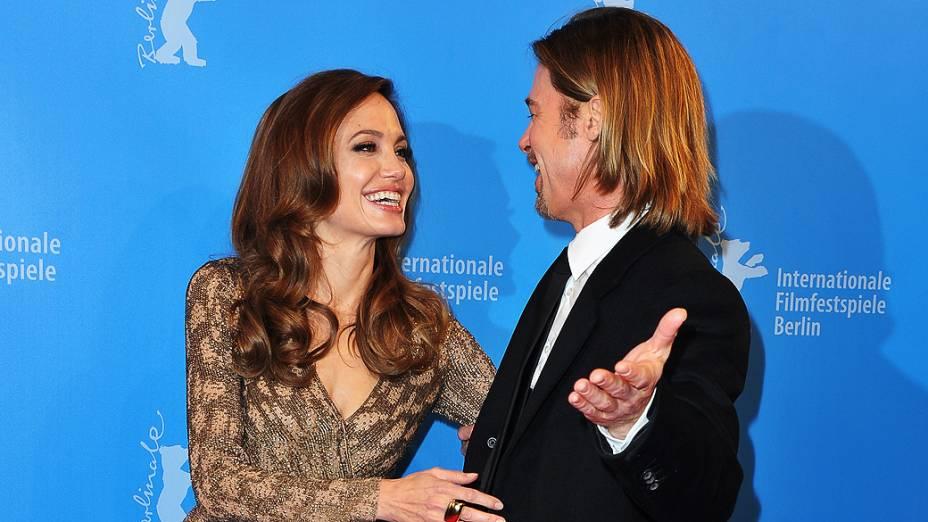 """Angelina Jolie e Brad Pitt posam para uma foto durante a estréia de """"In the Land of Blood and Honey"""" no Festival Internacional de Cinema de Berlim, na Alemanha"""