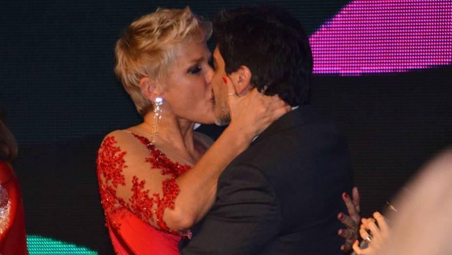 Xuxa beija namorado em festa de seus 50 anos