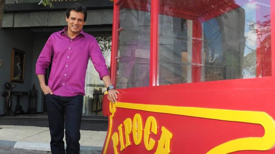 O apresentador Celso Portiolli, do Domingo Legal, na cidade cenográfica de Chiquititas. O SBT dedica seu domingo para divulgar a nova novela infantojuvenil de Íris Abravanel, que estreia nesta segunda-feira