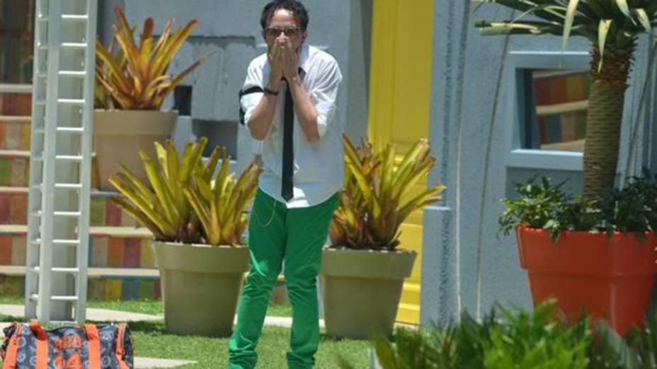 Alisson esbanja estilo com calça verde e gravatinha (14/01/2014)