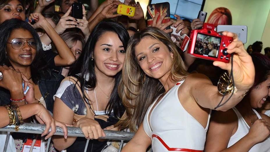 Grazi Massafera faz a alegria dos fãs na Beauty Fair em São Paulo