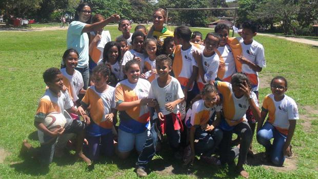 Beyoncé posa com a formação do time de uma escola municipal de Trancoso, na Bahia
