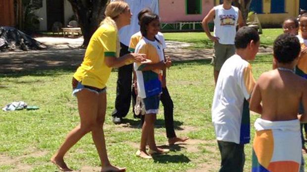 Beyoncé bate bola com crianças de uma escola municipal em Trancoso, na Bahia