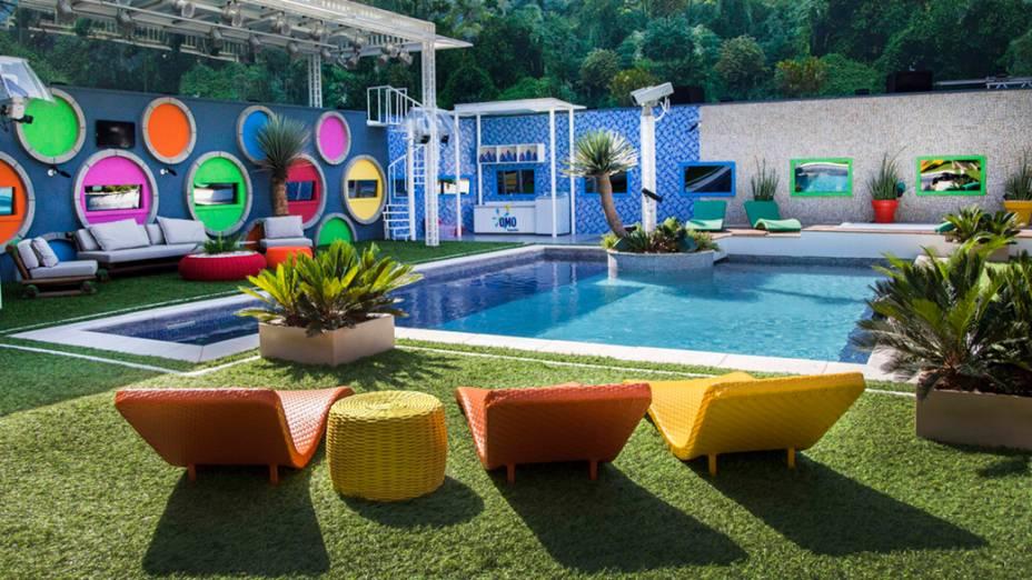 O colorido da casa se estende à área externa, impresso nos muros e nos móveis da piscina<br><br>
