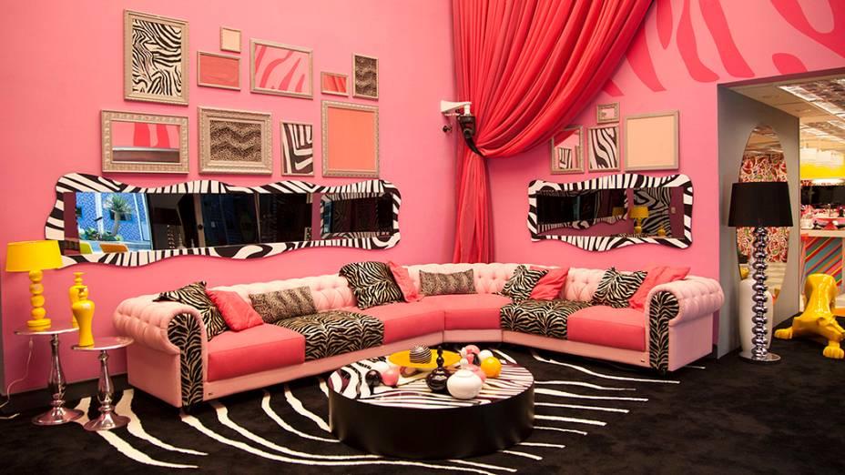 Na sala do BBB14, o destaque vai para a cor rosa nas paredes, móveis e cortina<br><br>