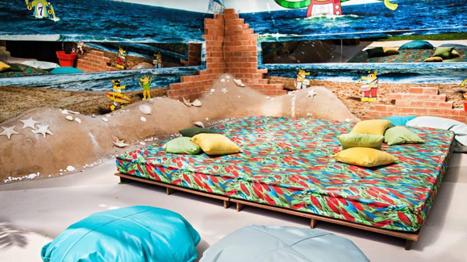 Área externa da casa do BBB 14 tem decoração de praia, com conchas e areia