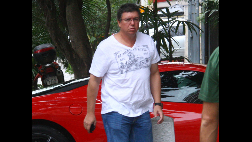 Boninho chega com sua Ferrari para festa em Ipanema