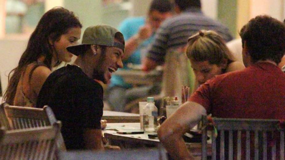 Neymar e Bruna Marquezine em um restaurante, no Rio