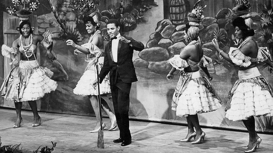 """Jair Rodrigues e passistas na cerimônia de entrega do troféu """"Roquete Pinto"""", no teatro Record, em 1964"""
