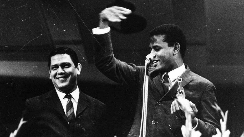 Ary Toledo e Jair Rodrigues durante premiação do Festival de Música Popular Brasileira, da TV Record, em 1968