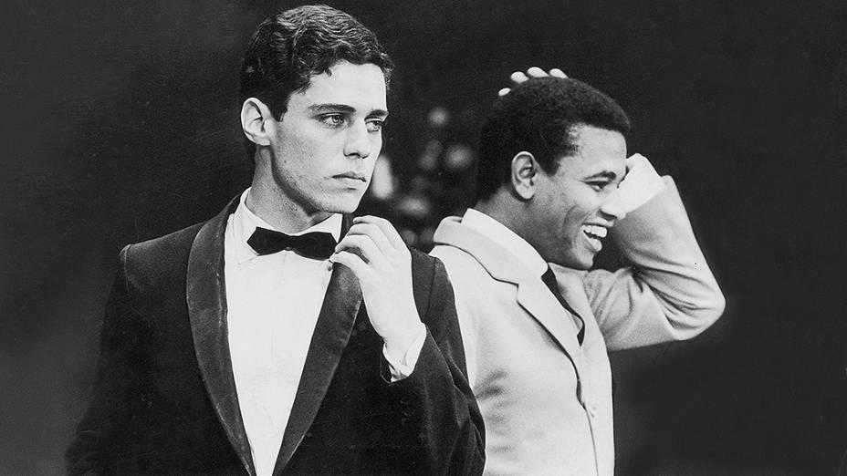 """Chico Buarque e Jair Rodrigues no programa """"O Fino da Bossa"""", da TV Record, em 1967"""