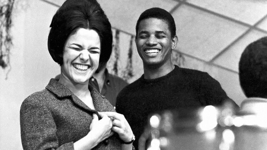 """Elis Regina e Jair Rodrigues no ensaio do programa """"O Fino da Bossa"""", no Teatro da TV Record, em 1971"""
