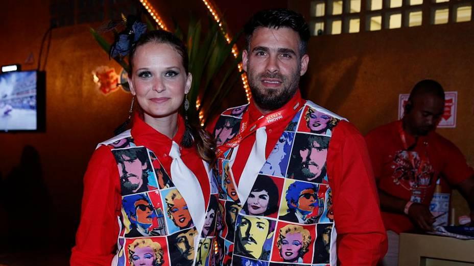 Atriz Fernanda Rodrigues e seu marido Raoni Carneiro no camarote da Sapucaí no Rio