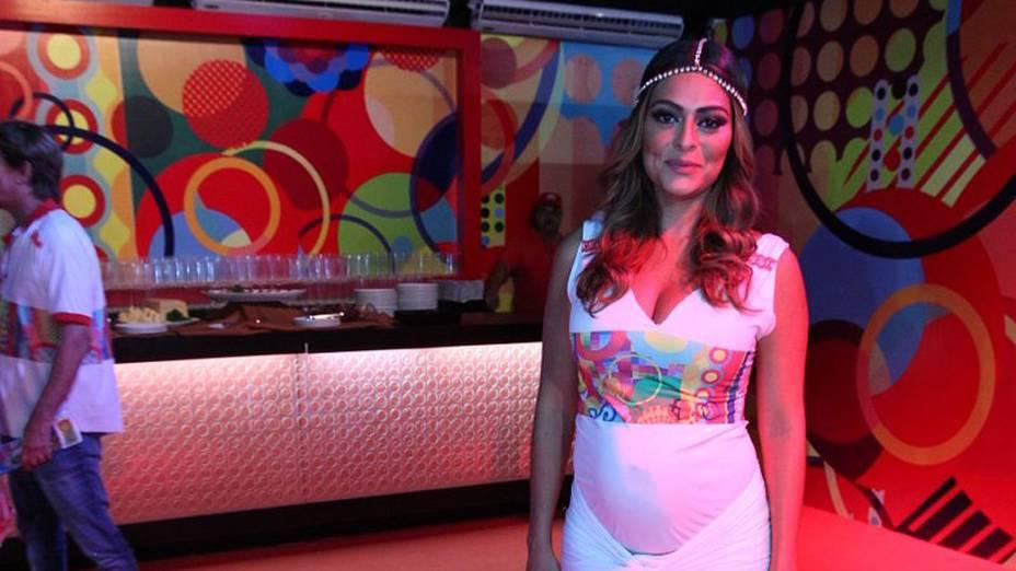 Juliana Paes exibe barriga de quatro meses no camarote na Sapucaí