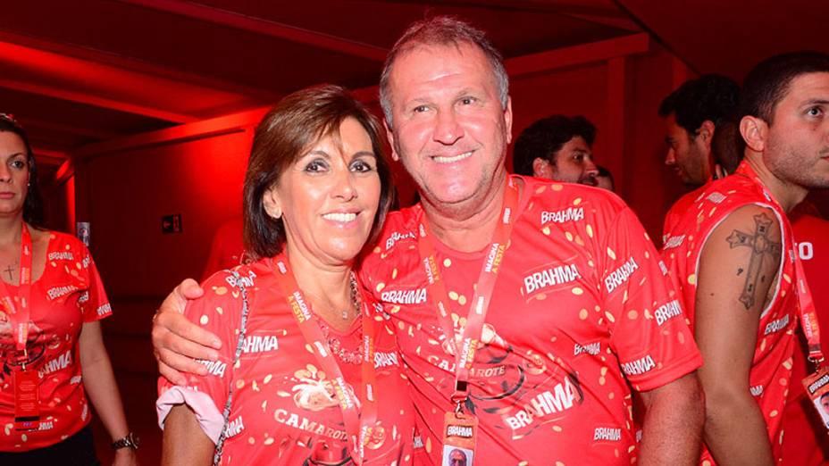 Zico leva sua esposa, Sandra, para assistir ao Carnaval na Sapucaí