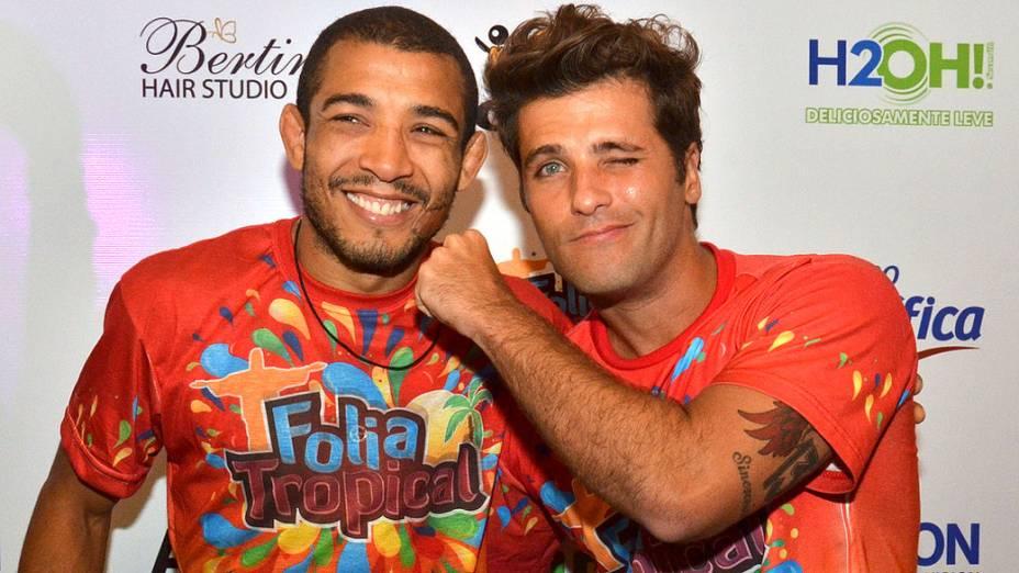 O ator Bruno Gagliasso brinca com o lutador José Aldo no Carnaval do Rio