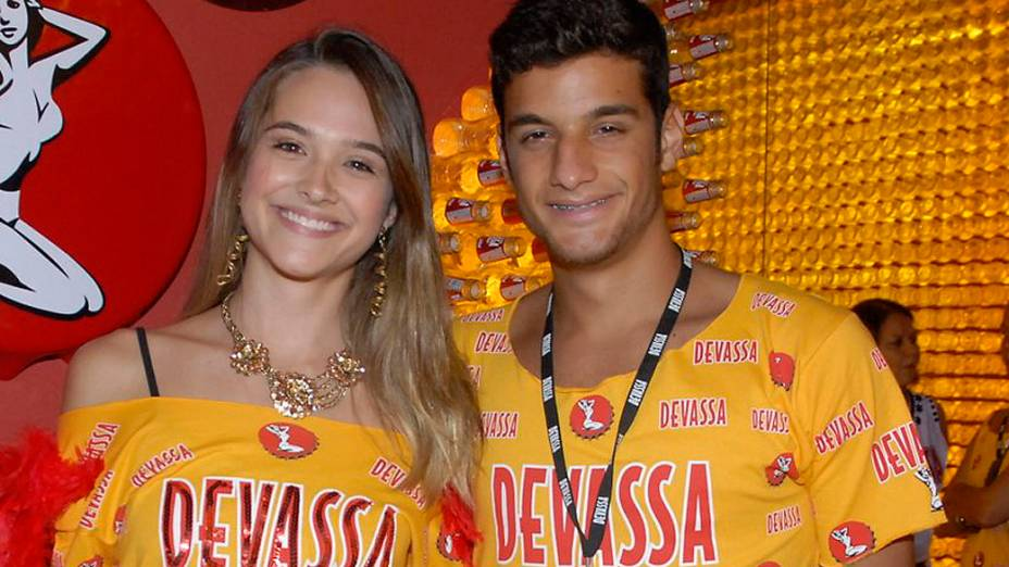 Juliana Paiva chega com Guilherme Costa à Sapucaí