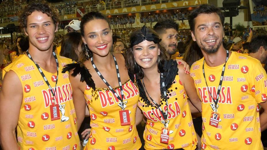 José Loretto, Débora Nascimento, Milena Toscano e o namorado, o empresário Mário Bulhões, curtem o Carnaval de camarote na Sapucaí