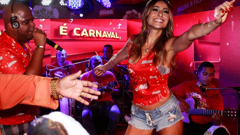 Sabrina Sato dança no camarote da Sapucaí durante os desfiles da escolas de samba do Grupo Especial do Rio