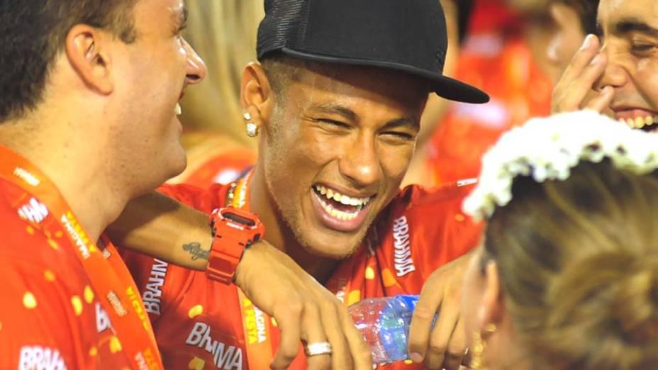 Neymar curte o carnaval no segundo dia de desfiles do Grupo Especial no Rio