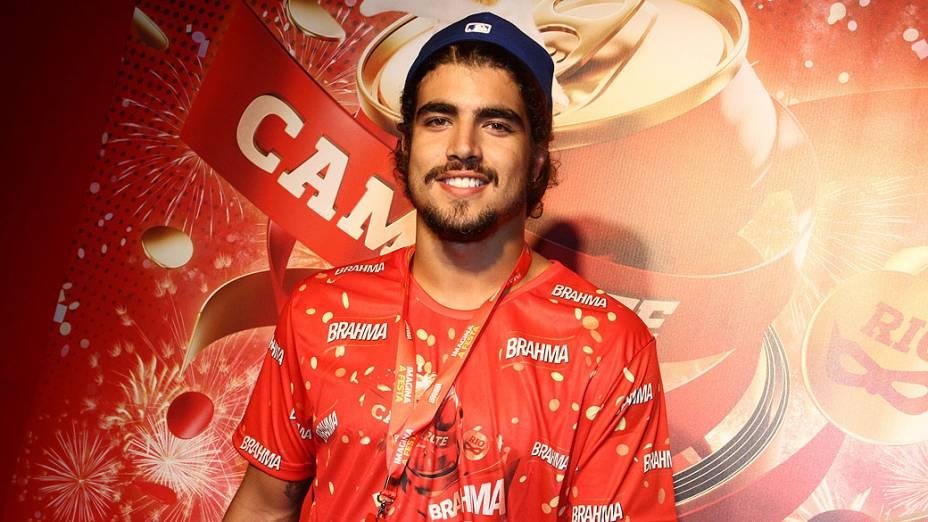 Caio Castro curte o carnaval no camarote da Sapucaí