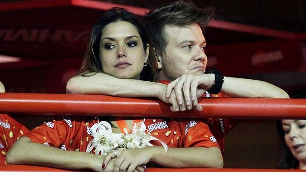 Michel Teló assiste ao segundo dia de desfiles do Grupo Especial do Rio, ao lado de sua namorada, Thais Fersoza